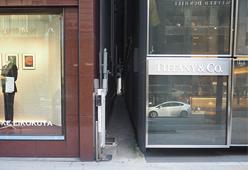 ティファニービルと英国屋のビルの間の細道は、サザンクロス銀座店へとつながります。