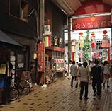 商店街の中心に位置するサザンクロス大須店