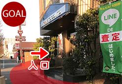 歩道橋を降りたら目の前の茶色の建物がサザンクロス名古屋営業所です。